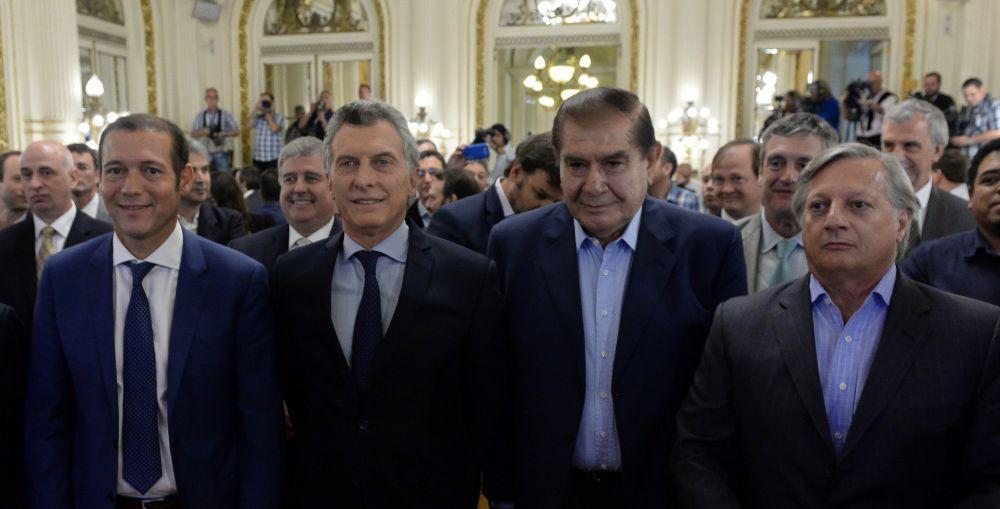 El ministro Alejandro Nicola, detrás del gobernador y el presidente.